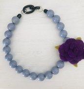 Collana girocollo con perle color jeans e fiore in feltro viola