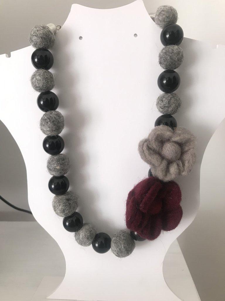 Collana girocollo nera e grigia con fiori in feltro.