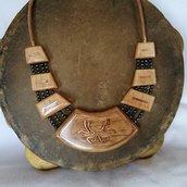 Collana etnica in legno lavorata a mano artigianalmente