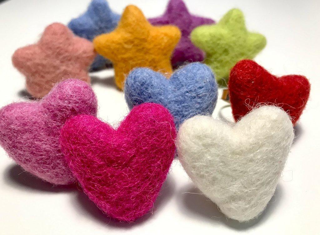 Anelli regolabili in lana cardata colorati a forma di cuore e stella.