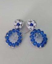 Orecchini eleganti blu e bianchi a forma di goccia
