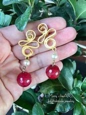 Orecchini pendenti realizzati artigianalmente con perni in zama, perle e pietre dure (agate).