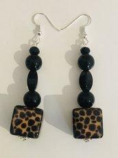Orecchini pendenti con perla leopardata.