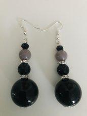 Orecchini pendenti con perle nere, grigie e strass.