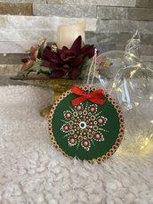 Decorazioni natalizie dipinte con mandala