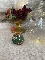 Pallina di Natale di legno decorata con mandala