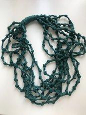 Collana fatta a mano con fettuccia verde petrolio.