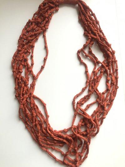 Collana fatta a mano con la fettuccia rosso mattone.