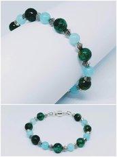 Bracciale su cavetto d'acciaio e perle  da 6 e 8 mm di color verde e acquamarina