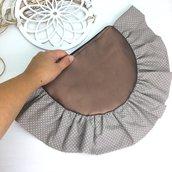 """Pochette """"Fleur"""" a mano, di forma semicircolare in similpelle con rouches in cotone"""