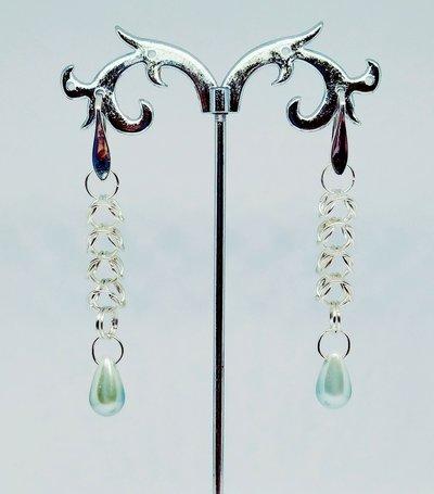 Orecchini pendenti argentati in box chainmaille e perle a goccia color azzurro.