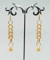 Orecchini pendenti dorati in box chainmaille e perle a goccia color crema