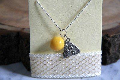 Collana con ciondolo giallo in porcellana fredda