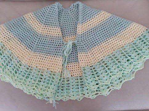 Mantellina della nonna realizzata a uncinetto con lana verde e gialla