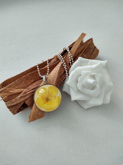Collana con ciondolo fiori ranuncolo giallo collana lunga donna ciondolo resina ciondolo fatto a mano