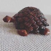 Tartaruga realizzata con pigna e feltro