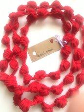 Collana  fatta a mano con lana rossa.