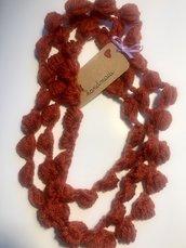 Collana fatta  a mano con lana color ruggine.