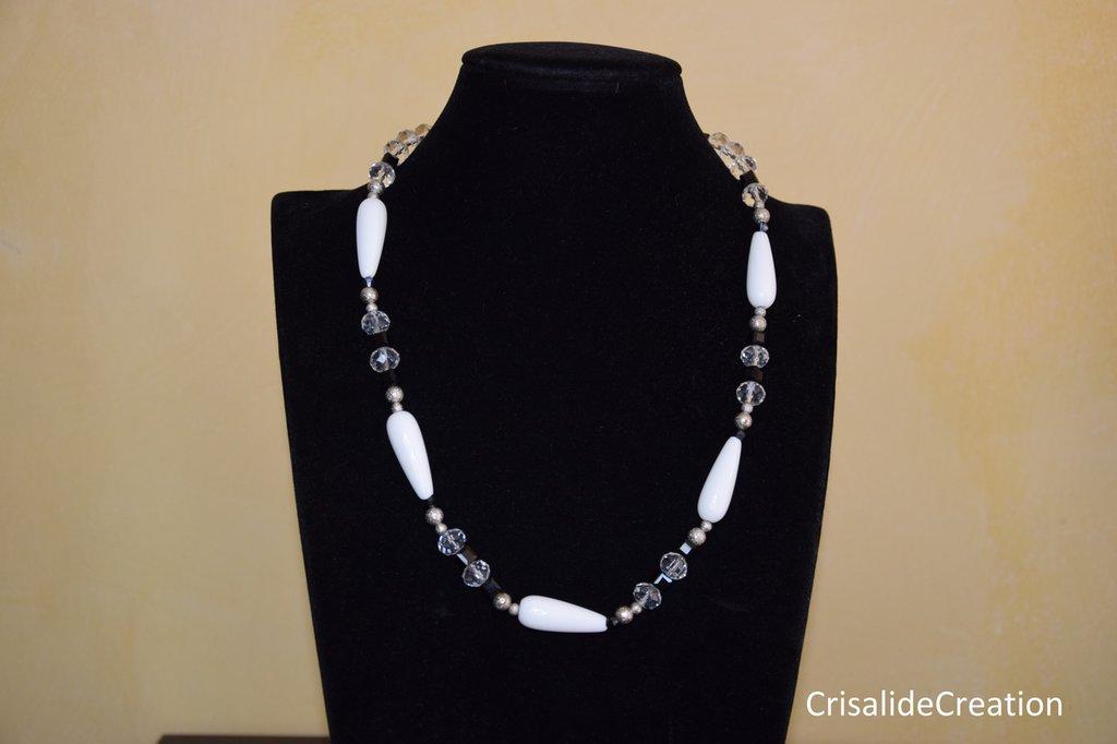 Collana di cristallini e goccia di pietra dura bianca