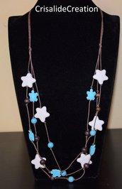 Collana con stelle bianche di pietra lavica e tartarughe azzurre di resina