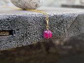 Pendente in oro laminato e pietra di radice di rubino. Rubino grezzo. Pendente rubino da donna