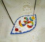 """Brucia incenso con simbolo """"OM"""" rilevato su placca oblunga manufatto di ceramica colori vivaci su fondo bianco"""