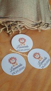 Bigliettini tondi bomboniera leone tema giungla piccolo principe baby leoncino bomboniere personalizzate tags targhette bimbo coroncina ragazzo azzurro giallo etichette animali safari biglietti sacchetti confetti tavolo torta primo compleanno bambino