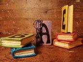 Portachiavi scolpito e decorato a mano - libro di legno - personalizzabile