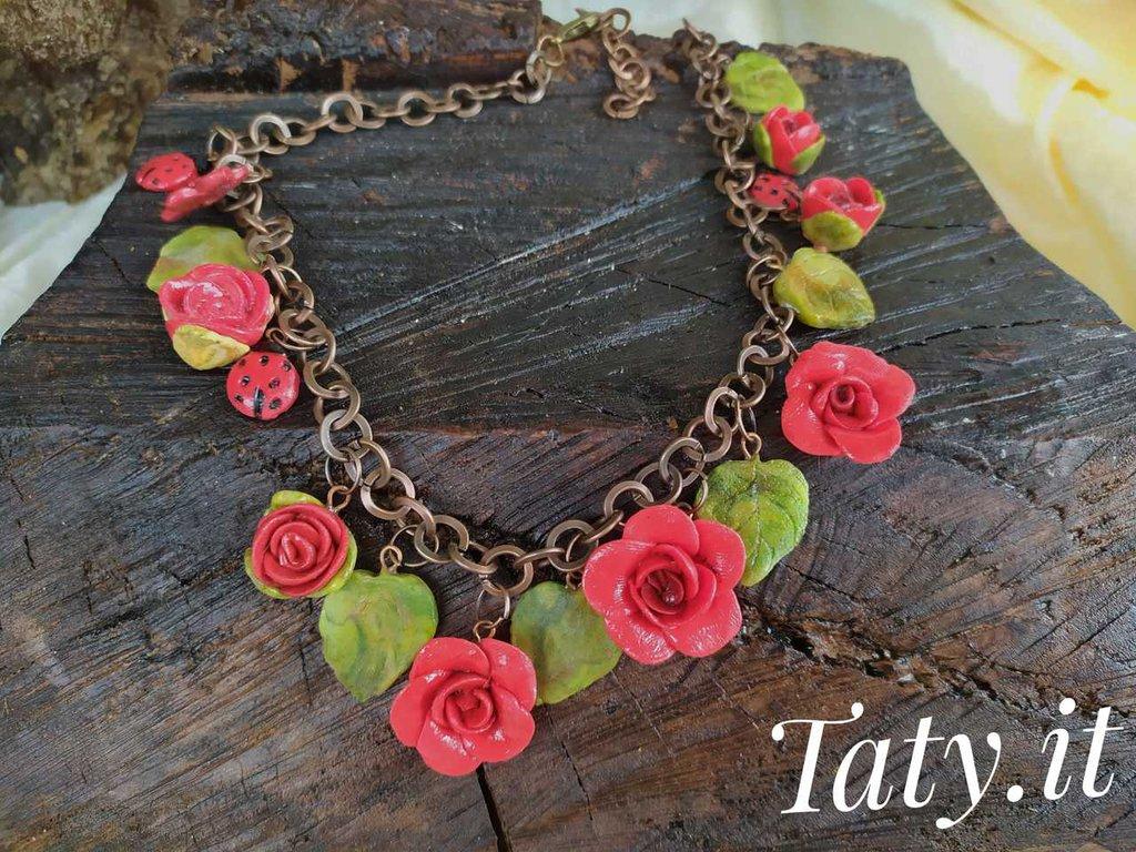 Collana con rose rosse, modellata e dipinta a mano