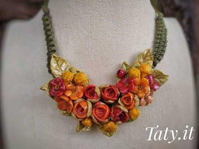 Collana scorrevole composizione floreale arancione, modellata e dipinta a mano