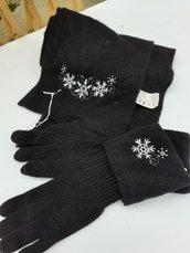 Sciarpa e guanti ricamati