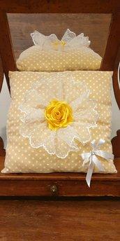 Cuscino arredo pizzo bianco fondo giallo