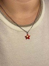 Collana con ciondolo a forma di stella rossa smaltata e piccola stella dorata