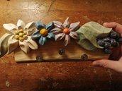 Appendino in legno scolpito e dipinto a mano, per appendere canovacci o chiavi