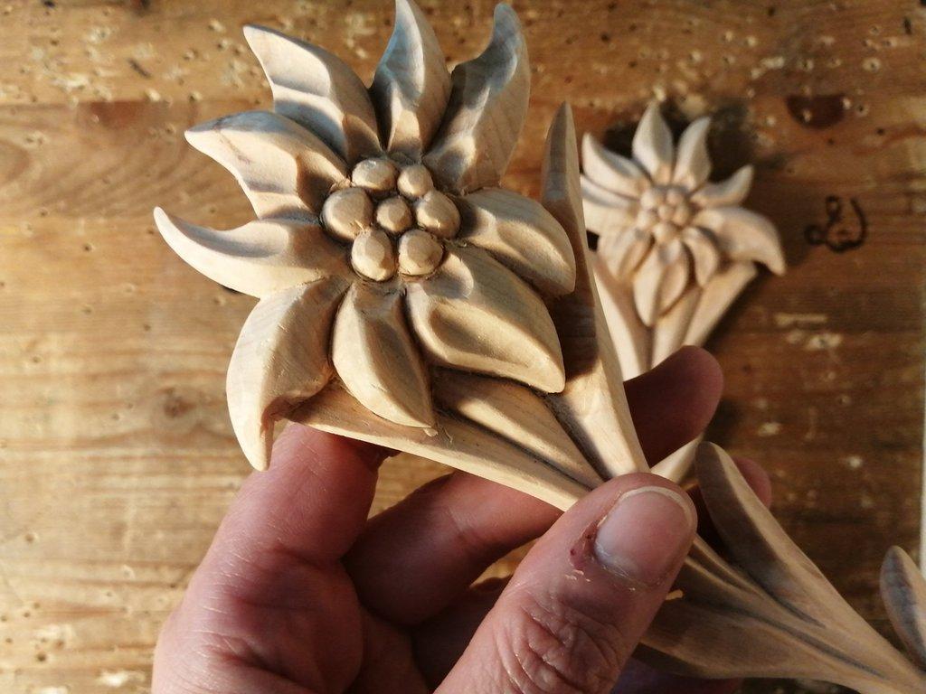 Stella alpina in legno di cirmolo, scolpita interamente a mano - naturale