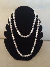 Delicata collana  a due giri, realizzata con perle tradizionali, alternate  da perle e perline argento eperlebianche trasparenti sfaccettate