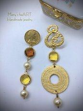 Orecchini pendenti asimmetrici con perni ed elemento in zama, cristalli e perle