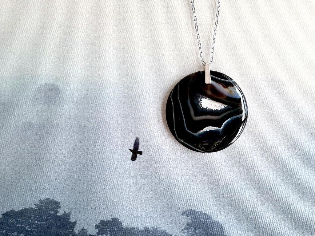 Collana lunga con grande pendente in Onice. Collana con grande medaglione rotondo in pietra nera, fatto a mano. Spedizione gratuita