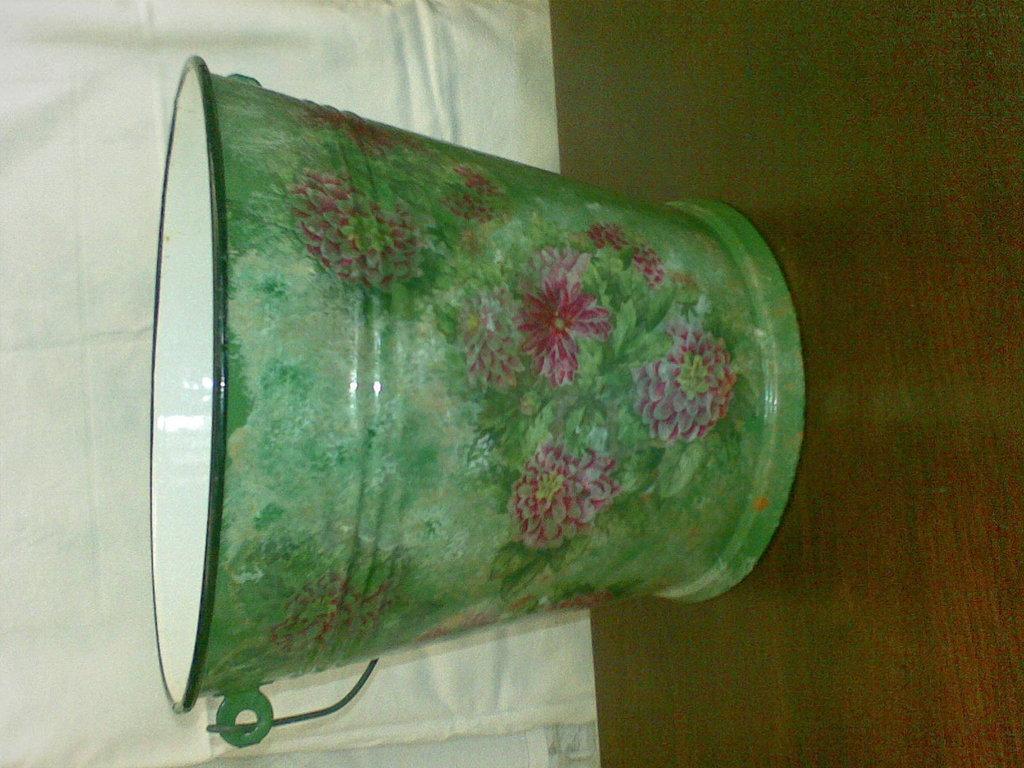 porta vasi, secchio in alluminio smaltato con decorazioni in decoupage
