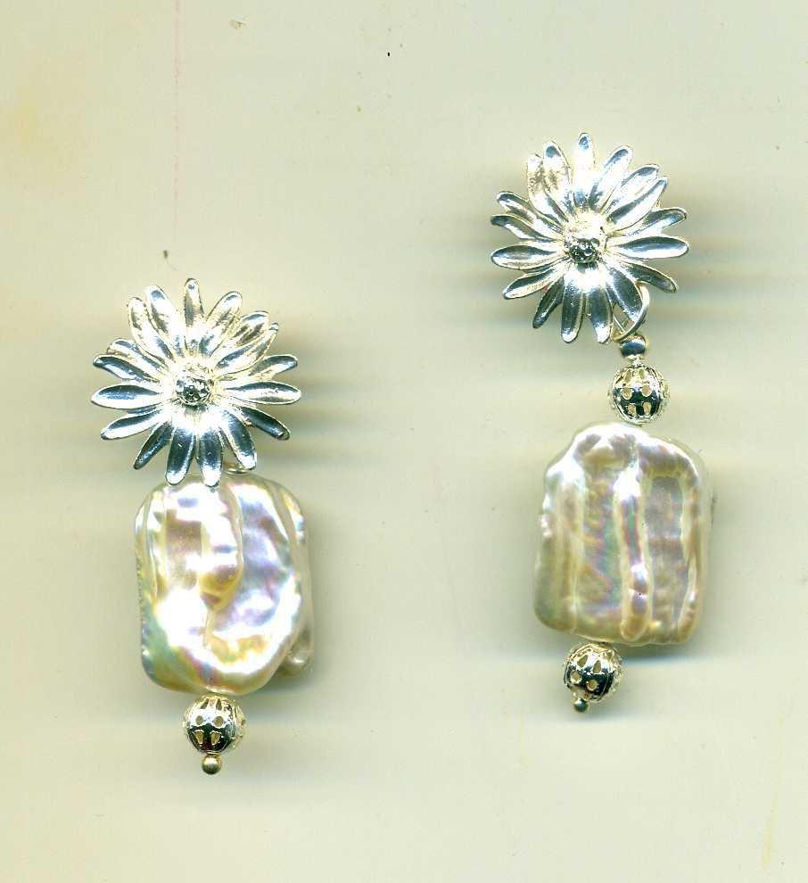 ORECCHINI a clips con fiore e perla d'acqua dolce quadrata bianca