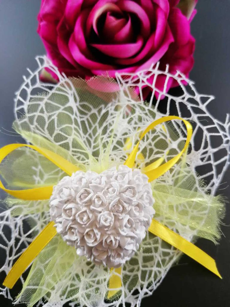 Cuore con roselline  in gesso ceramico profumato su doppio velo rete