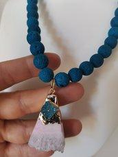 collana blu con  quarzo pendente