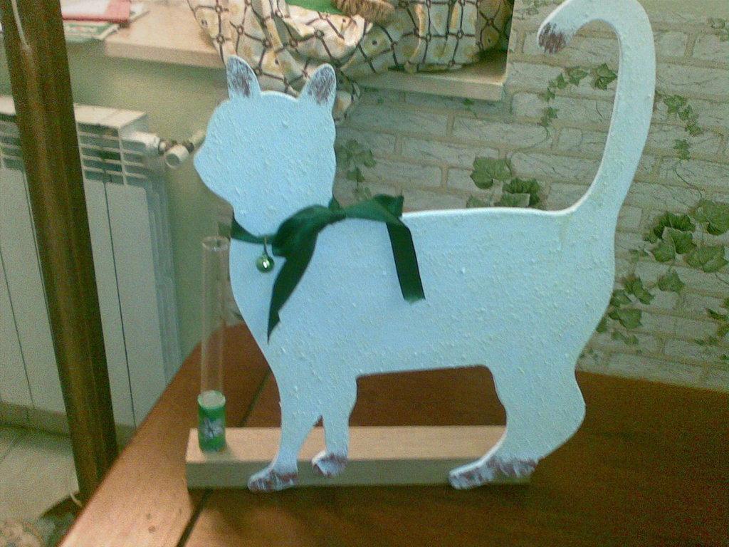 gatto in legno realizzato completamente a mano