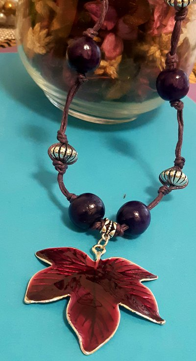 Collana handmade con cordoncino in similpelle viola e ciondolo smaltato
