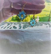 """""""Respiro ghiacciato"""" orecchini a tessitura di perline, oro e azzurro ghiaccio"""
