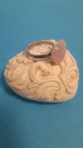 Anello in acciaio con quarzo rosa a forma di cuore