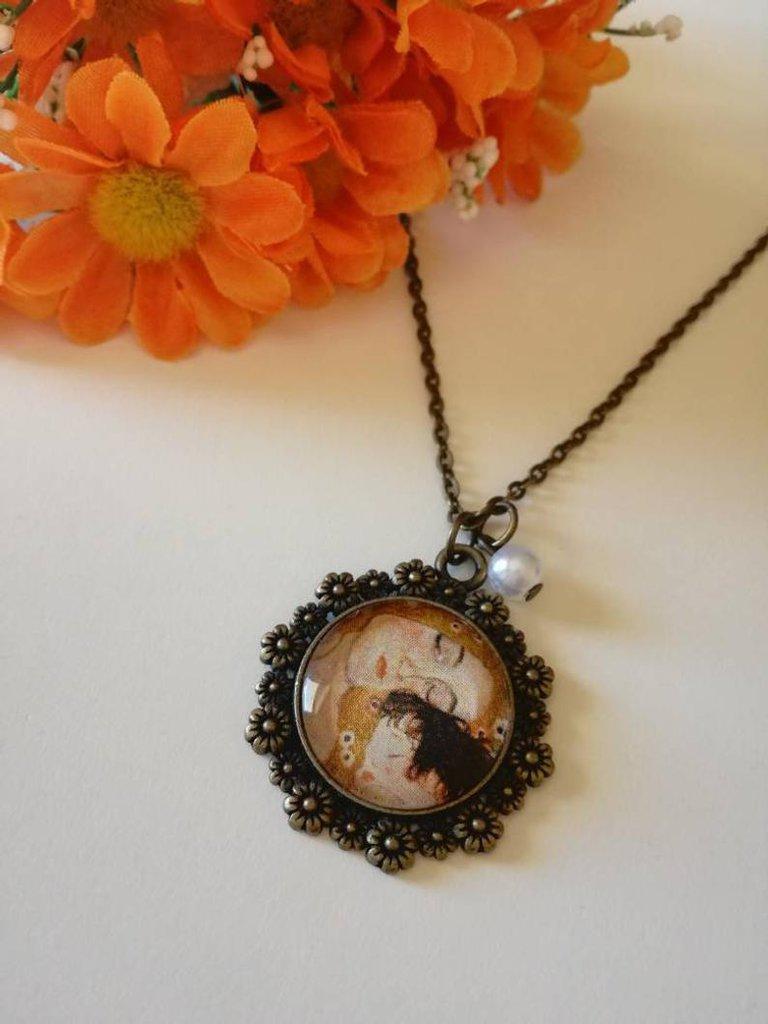 Klimt collana girocollo con ciondolo a cerchio, immagine dedicata alla maternità di klimt e perlina bianca