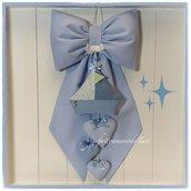 Fiocco nascita in cotone azzurro con barchetta e tre cuori sui toni azzurri