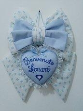 Fiocco nascita azzurro per maschietto in tessuto con cuore personalizzato.