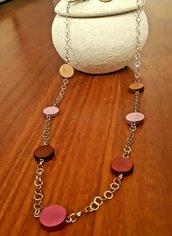 Collana di alluminio rodiato con perle di legno